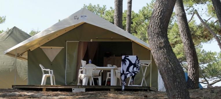 Tente en camping naturiste